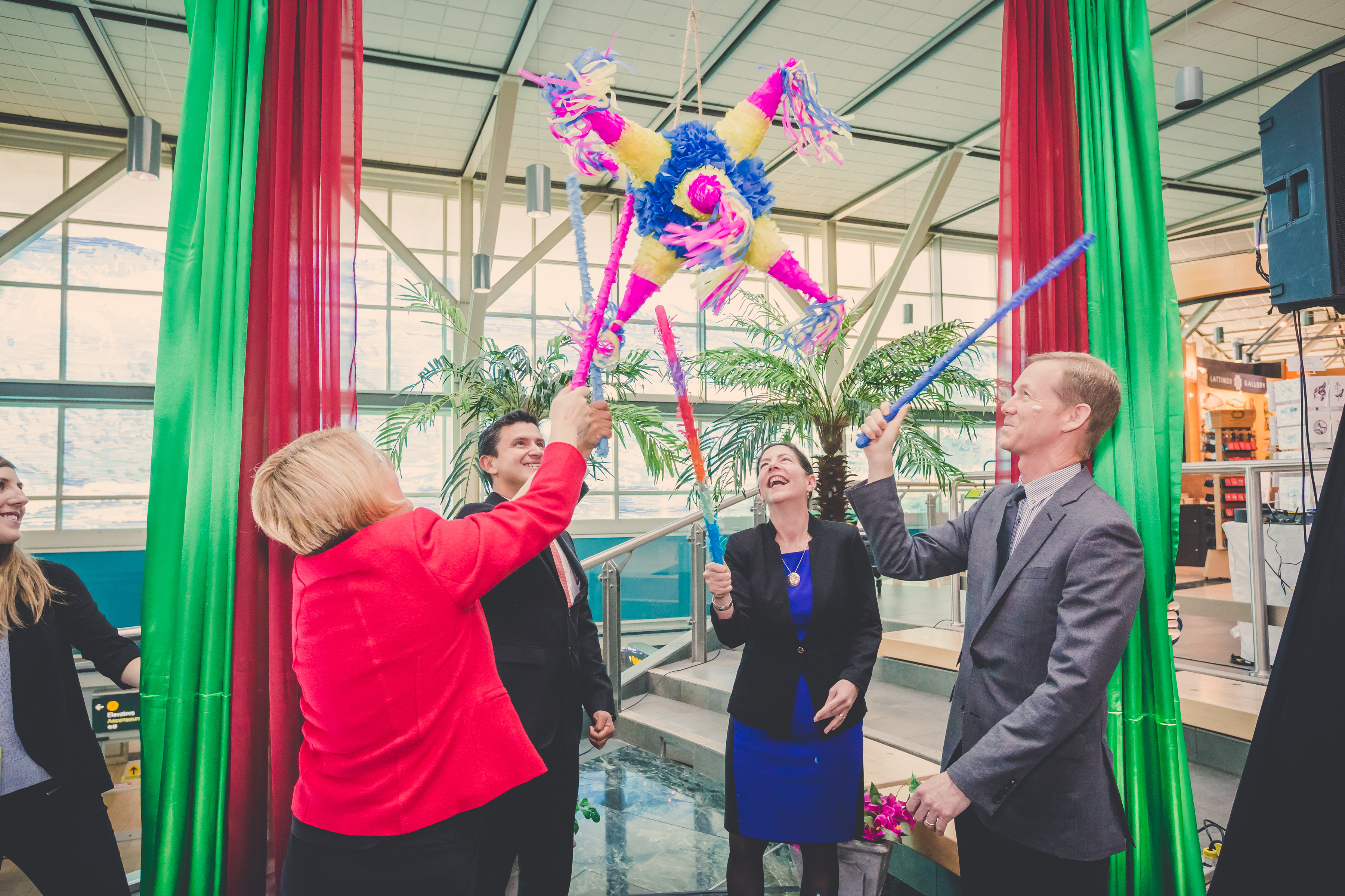 Anne Murray and VIPs celebrate Interjet inaugural with a pinata