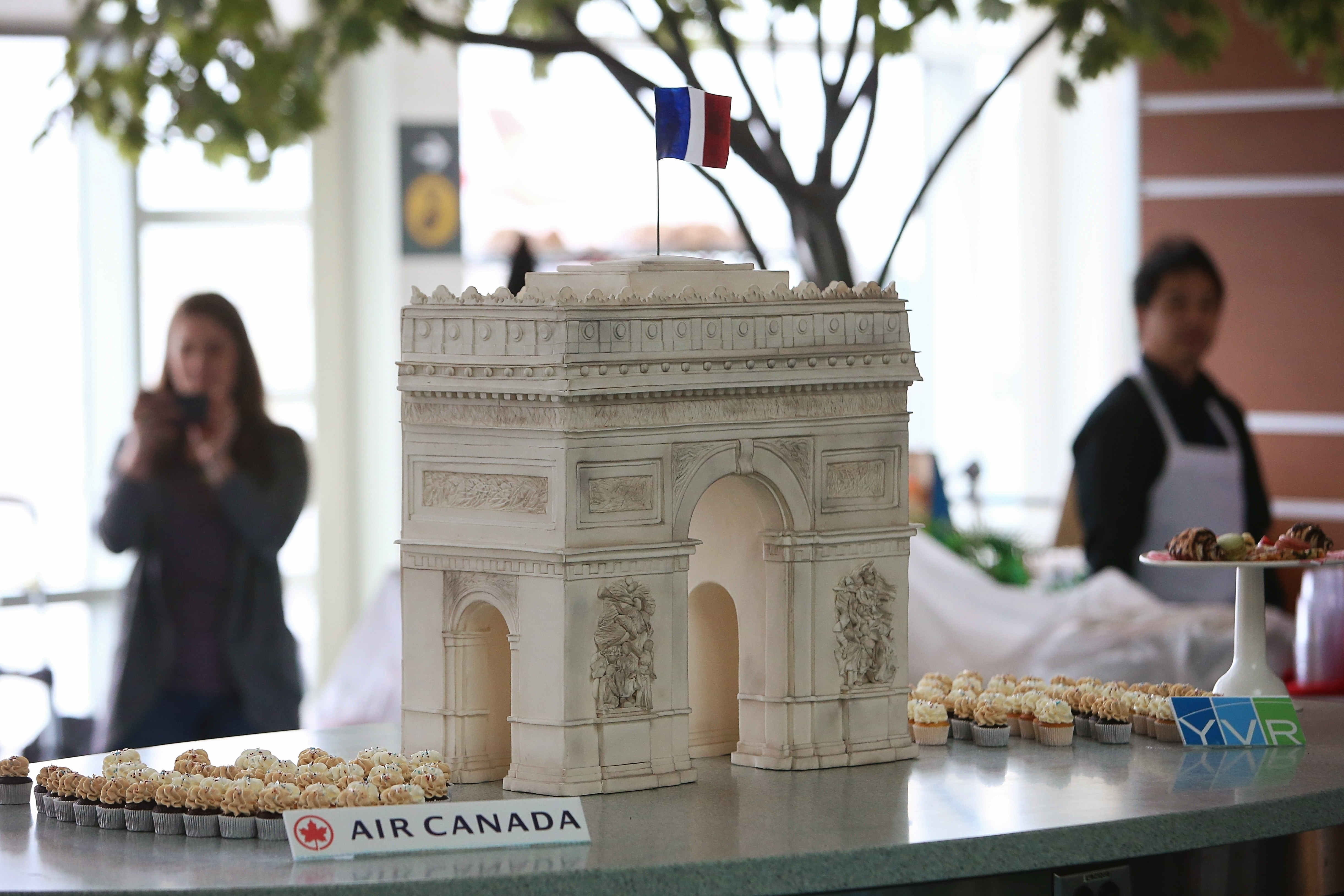 Cake in the shape of the Arc de Triomphe